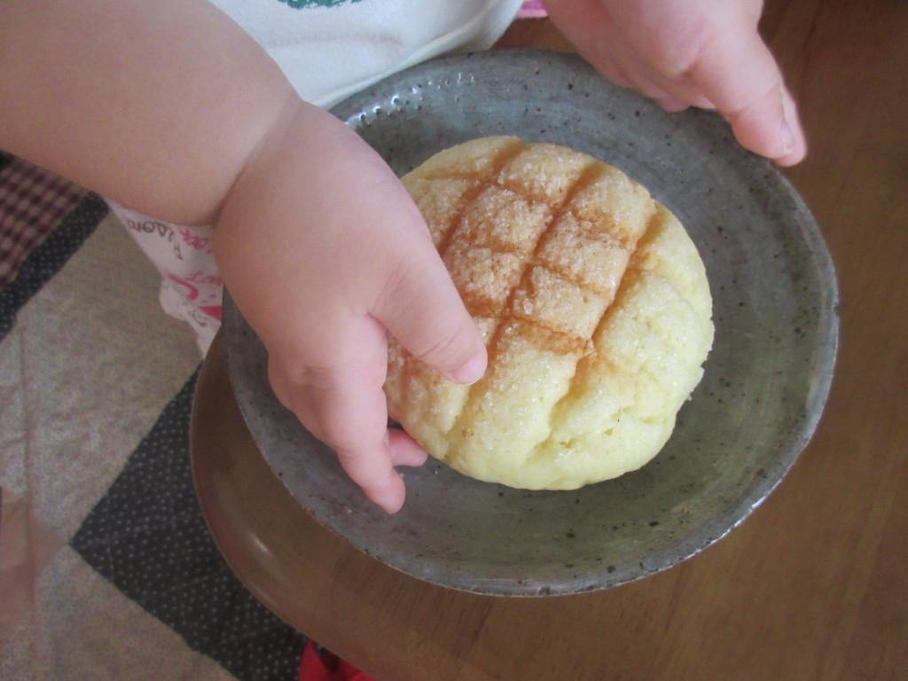 メロンパンを食べようとする子ども