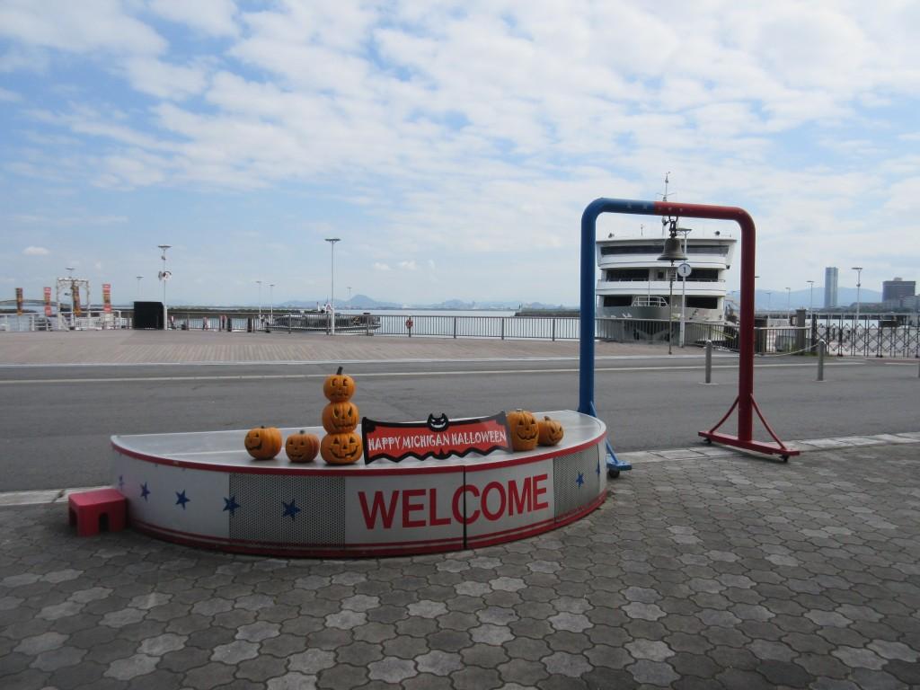 ハロウィンの飾りの大津港
