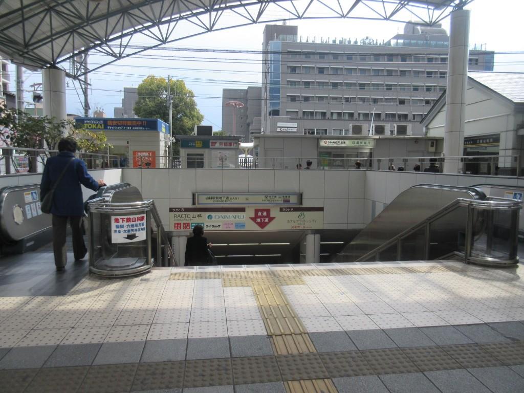 山科駅前のエスカレーター