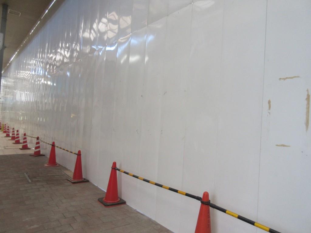 商店街に面した壁