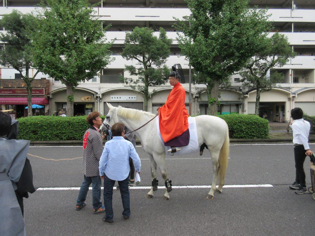 馬に乗っている天孫神社の神主さん
