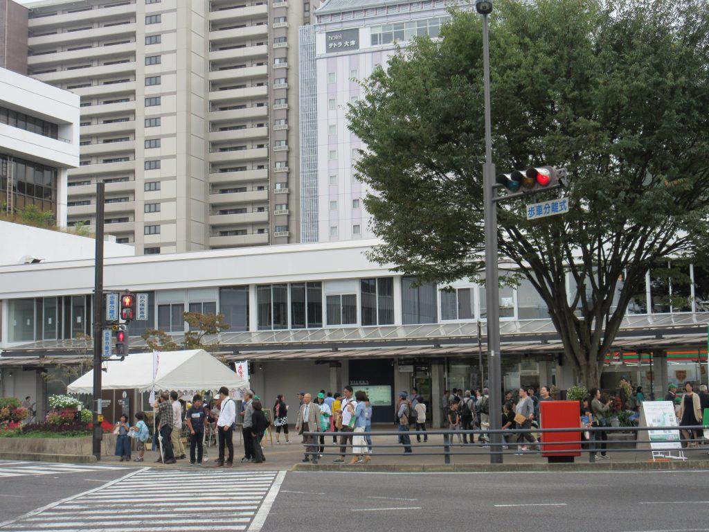 大津駅に人がいる