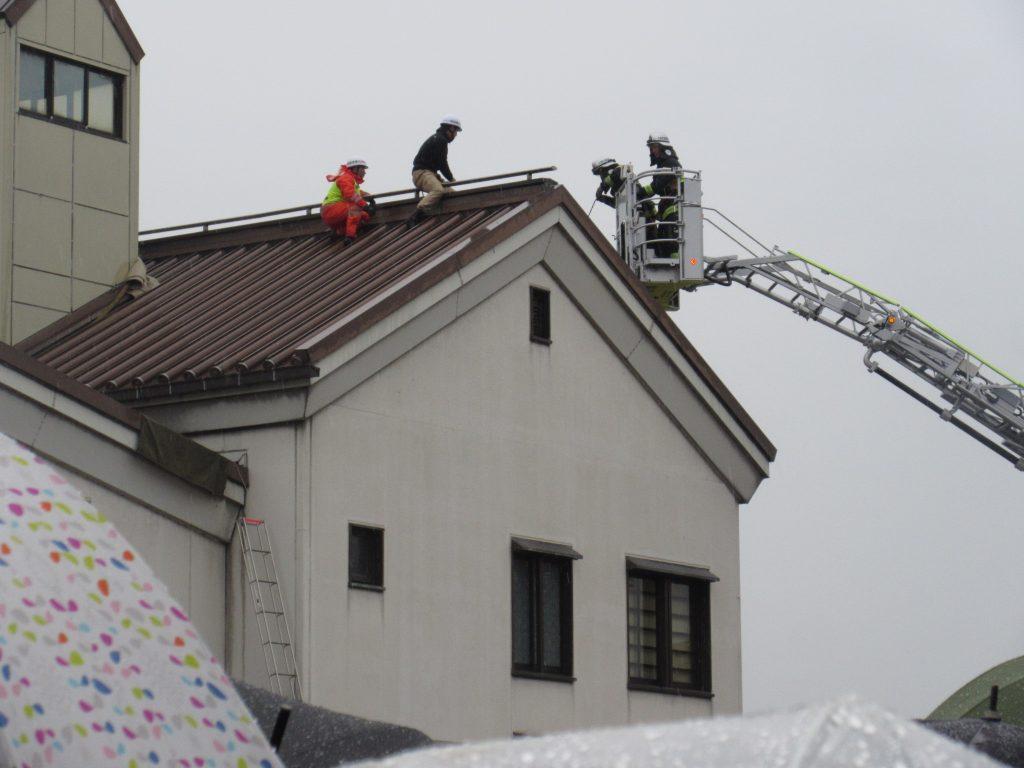 屋根の上の人を救出