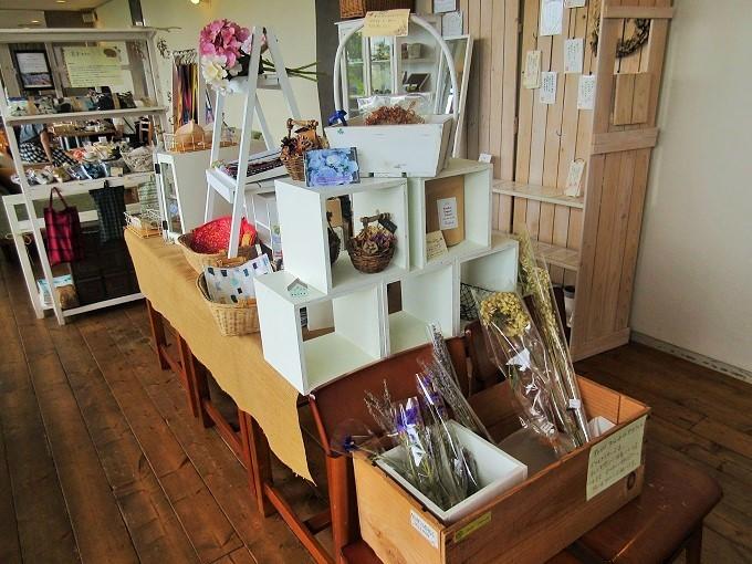 madocafeの物販スペース