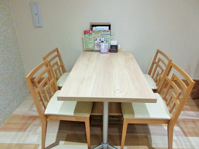 おにぎり食堂のテーブル