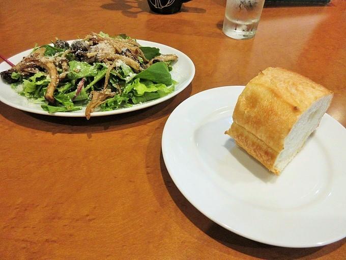 COSICOSIのバケットとサラダ