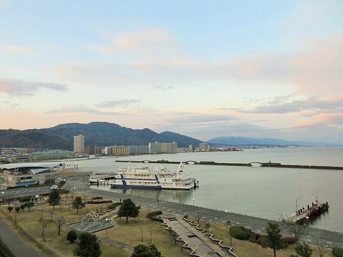 琵琶湖ホテルの客室から見た大津港