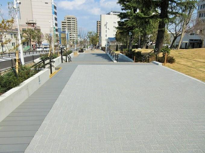 中央大通りの拡張した歩道